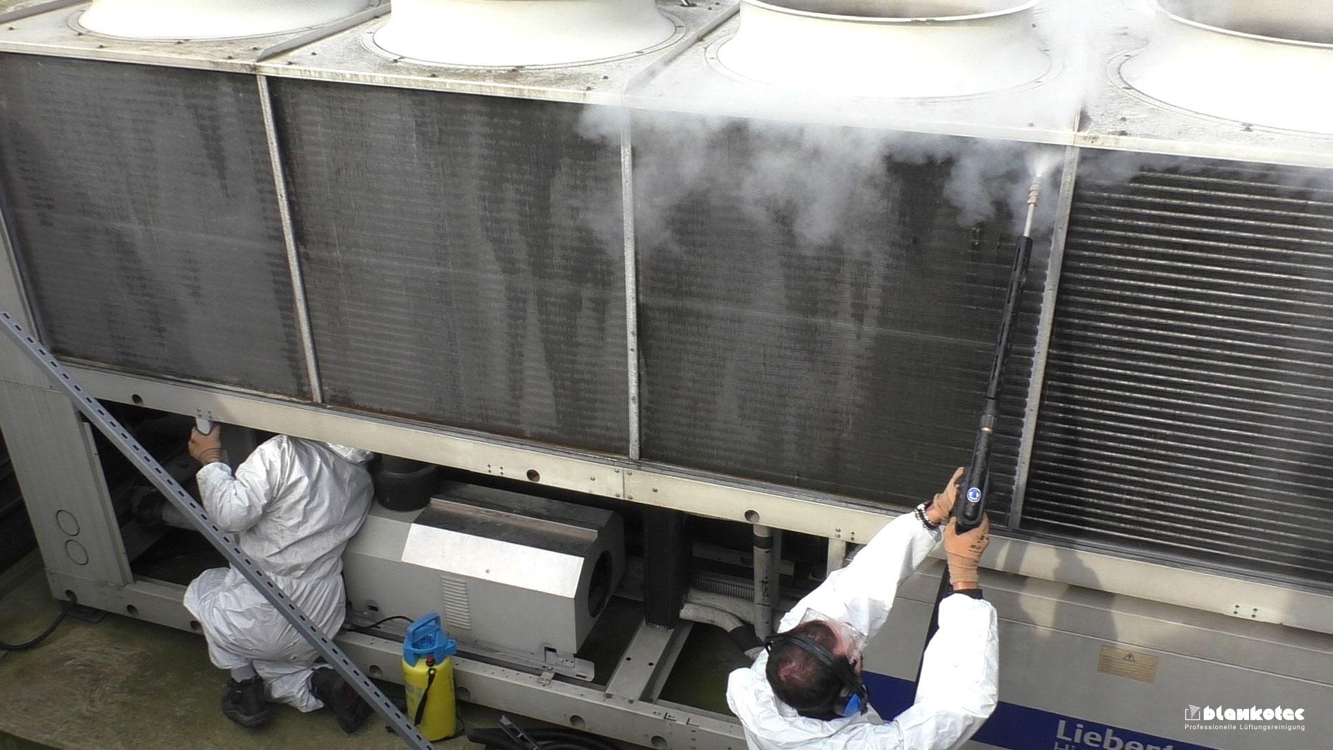Monteure reinigen Wärmetauscher